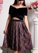 Ажур черного цвета красиво проглядывается на контрастном фоне розового цвета.