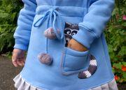 Ваша малышка с удовольствием будет носить его, ведь оно украшено милым енотом, выглядывающим из кармашка.