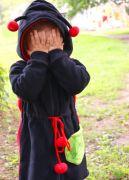 На капюшоне мило смотрятся черные усики с красными помпошками на концах.