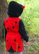 Яркая детская туника черного цвета с яркой красной спинкой в черный горошек.